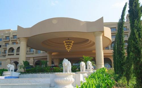 ورودی هتل به سمت لابی